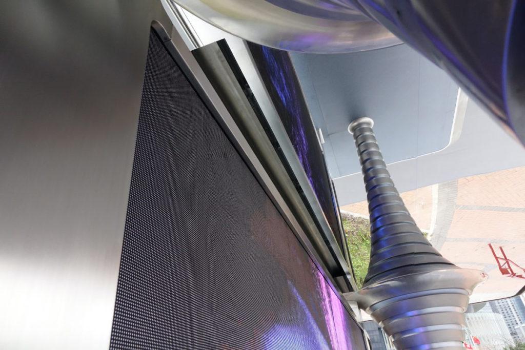 污染空氣抽入頂部的裝置內