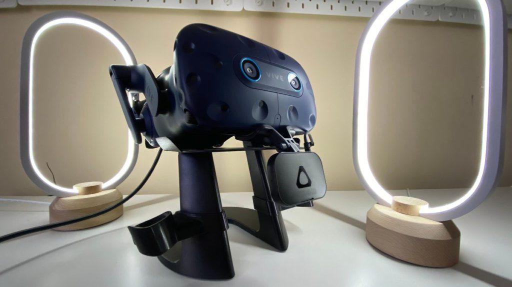 很多人相信 HTC 預告的,就是 2019 年在 GDC 中亮相、掛在 Vive Pro 下面的咀唇追踪模組。