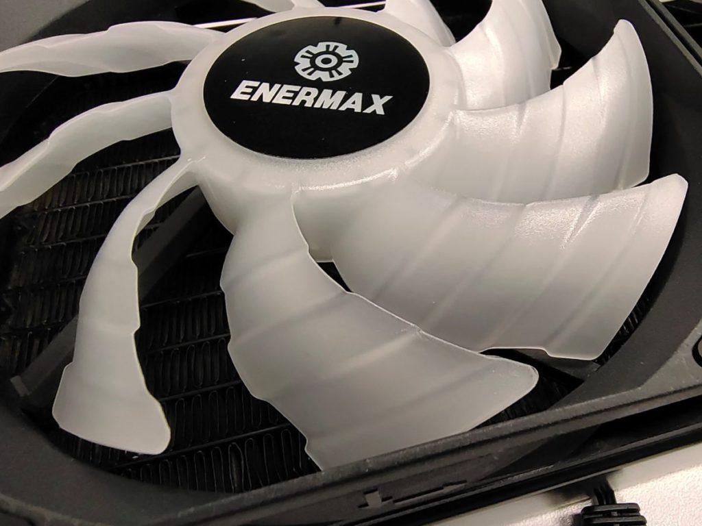 採用特別的雙曲面扇葉設計,可提升風壓及 CFM 風量。