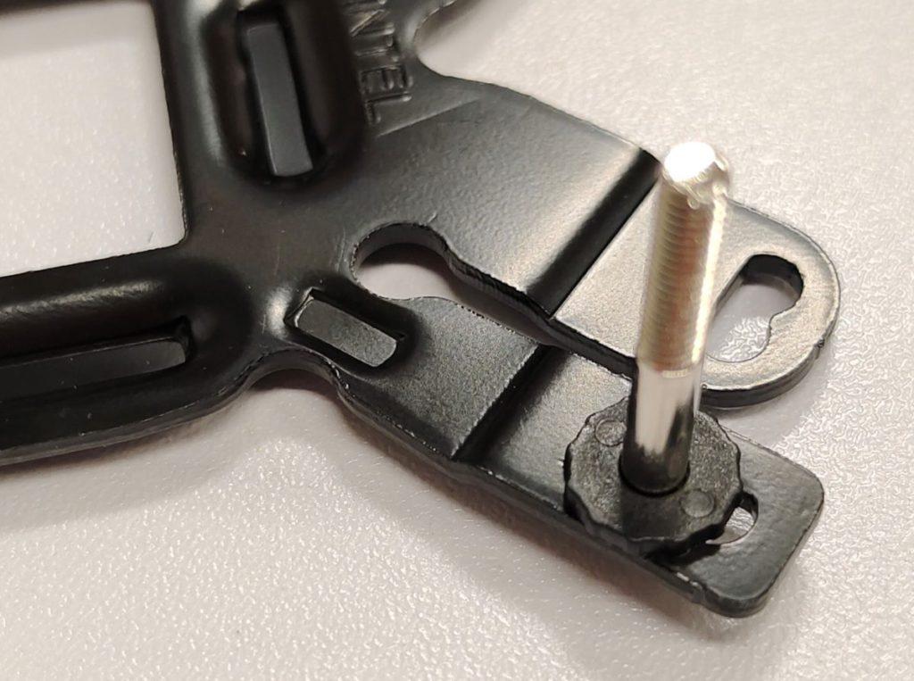 採用硬度最高的金屬底座,並且加上膠墊以免接觸到主機板電路。