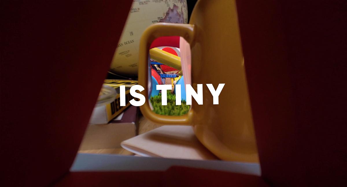 呢部機仲係好「Tiny」,可以連杯耳都穿得過…?