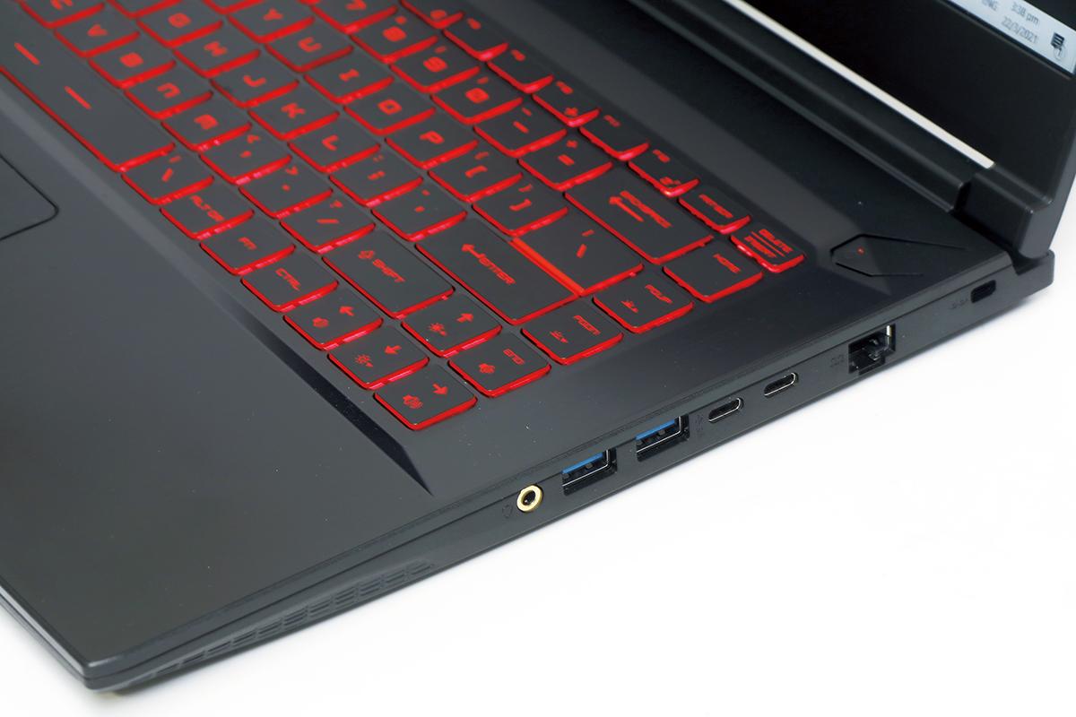 機身上的介面十分齊全,而作為電競筆電其 USB-C 不支援 PD 充電,實屬正常。