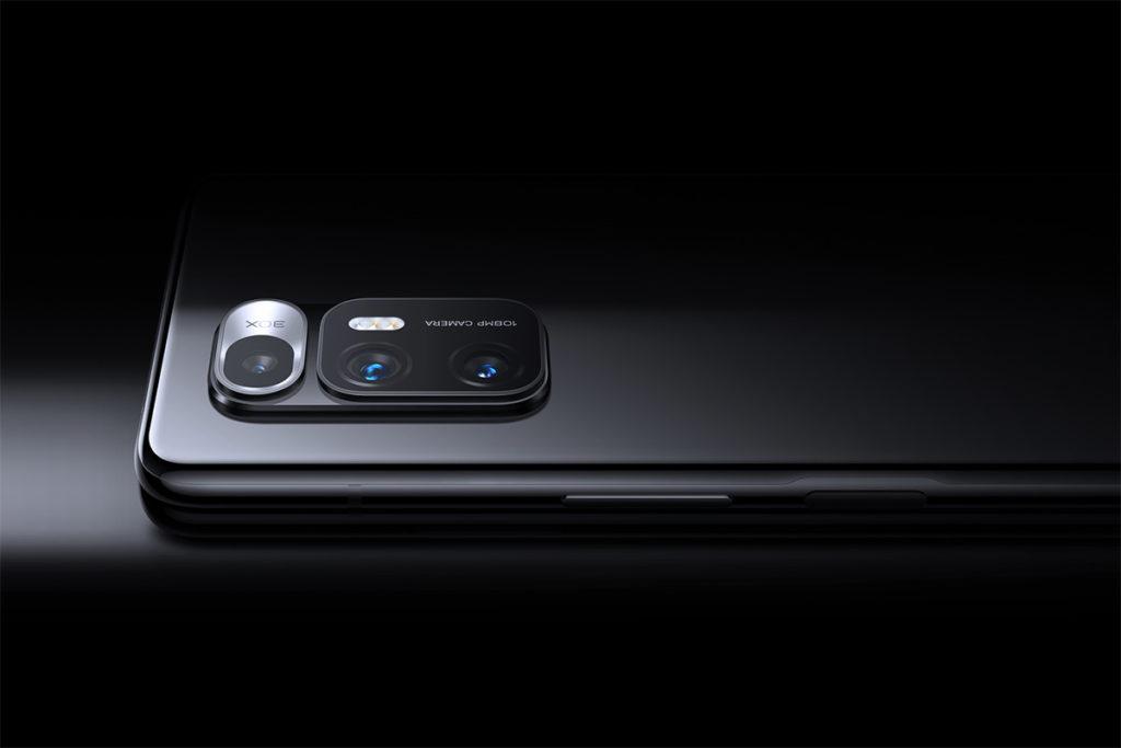 三鏡頭由108MP主鏡、13MP超廣角鏡,及8MP長焦微距鏡頭組合而成,當中8MP長焦微距鏡頭使用了手機上首見的液態鏡頭。