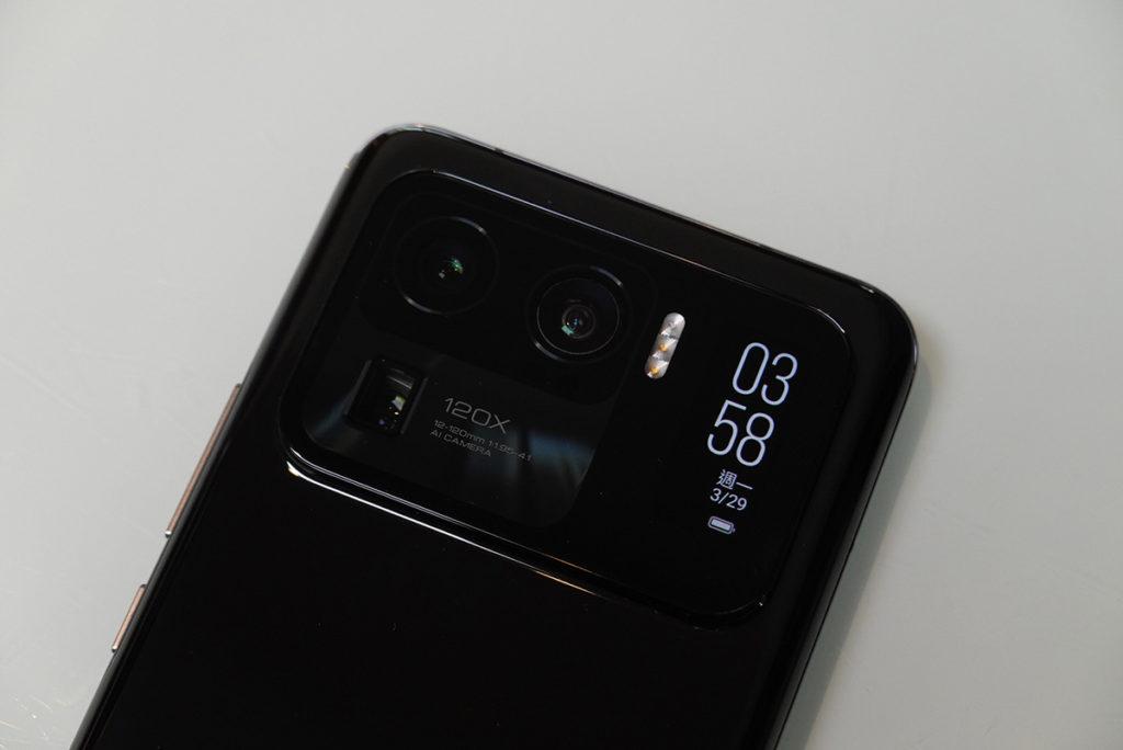 相當巨大的相機模組,內置了一個 1.1 吋、可用於取景的 AMOLED 背面觸控式屏幕。