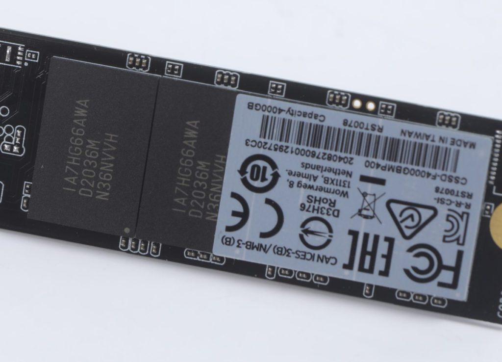 雖然採用了QLC NAND Flash,但4TB型號也要用上8 顆,所以在兩面均佈滿了NAND Flash晶片。