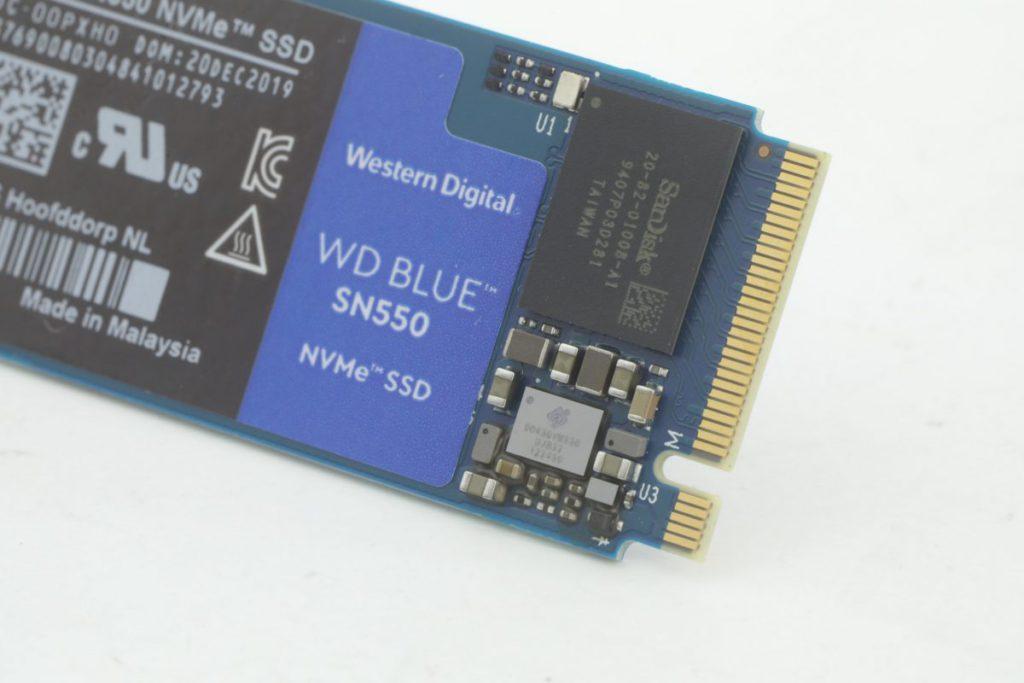 由於不帶DRAM,所用SanDisk 20-82-01008-A1面積也較標準產品為小。