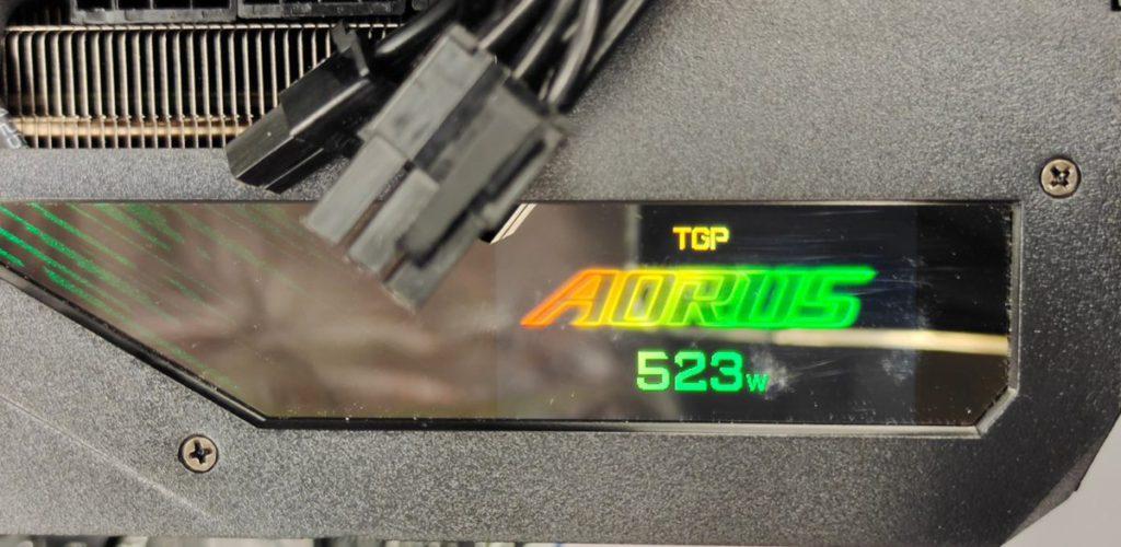 以 LCD 顯示屏顯示 TGP 整卡功耗為 523W