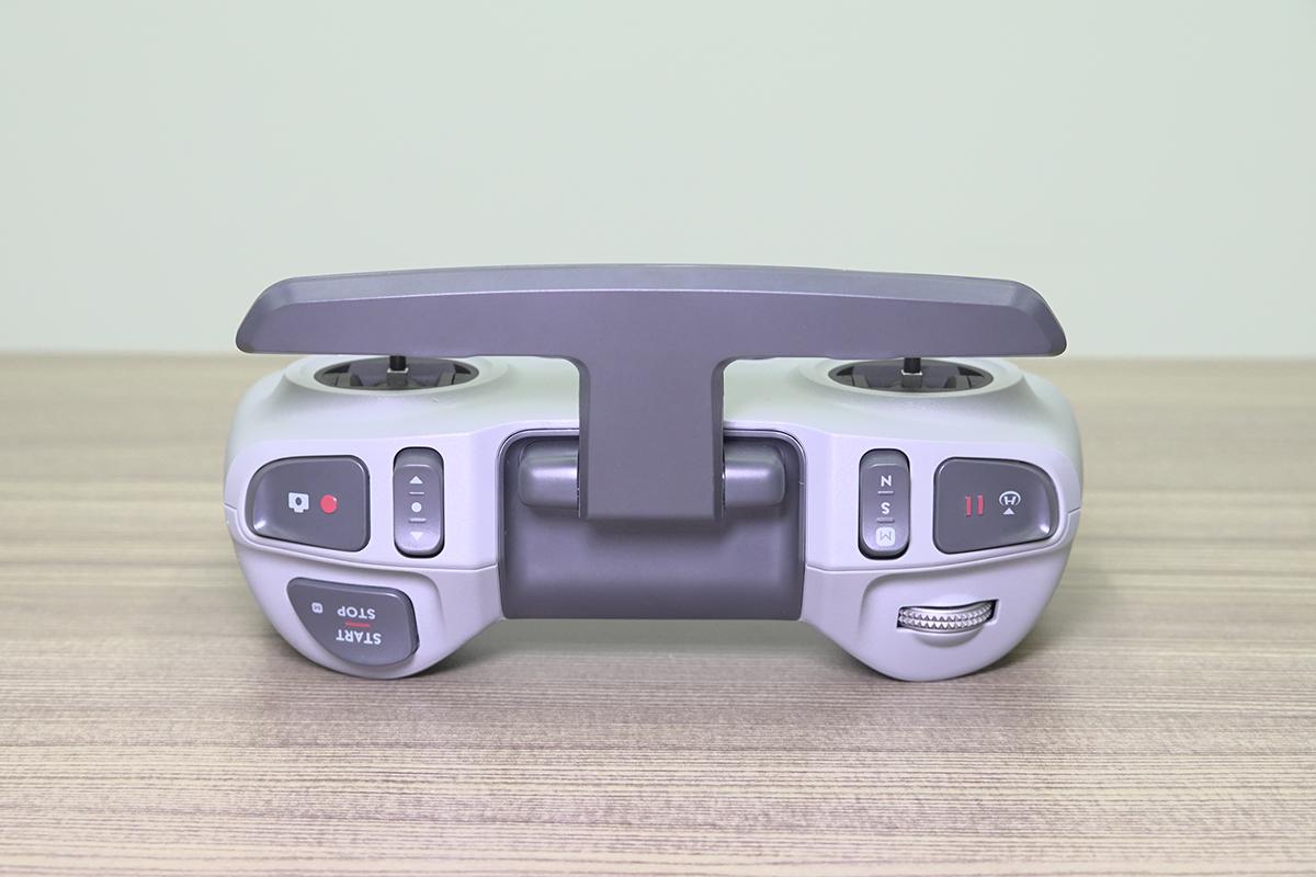 由於會戴著 Goggles V2,操作時就主要靠手部感應,所以遙控前方有較多按鍵,亦有轉盤可用。