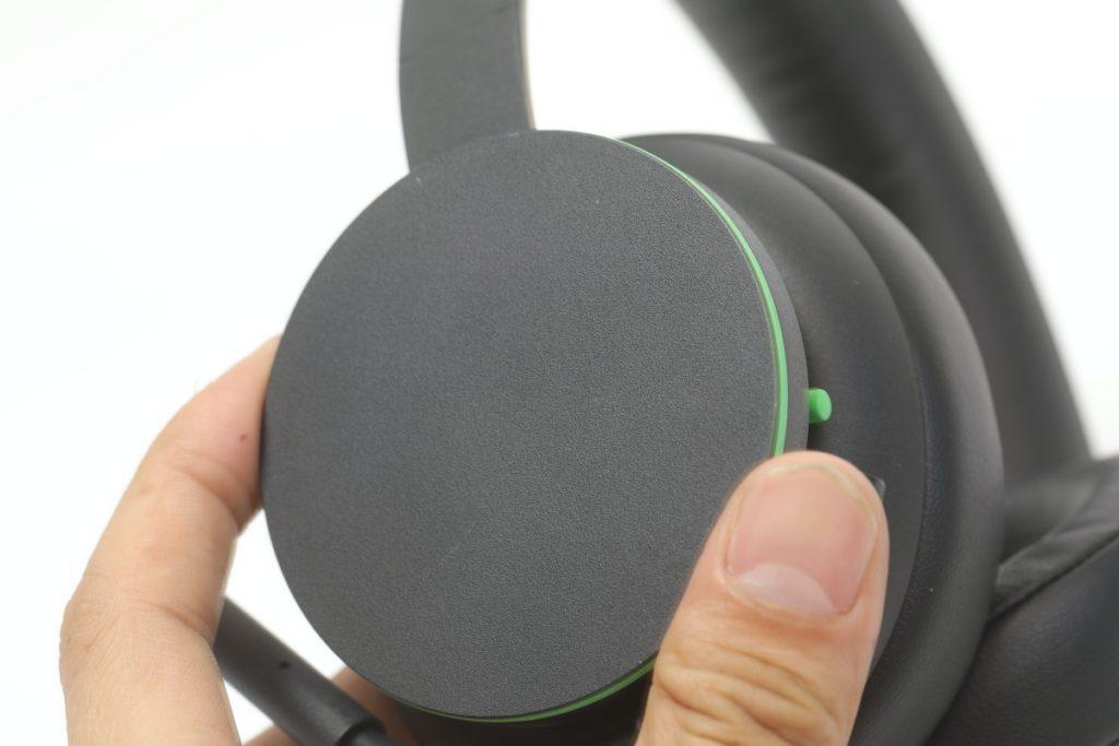 收音咪以軟膠製作,可無死角地調校收音角度外,不用時也可卷起收納在耳罩邊緣。咪前有 LED 顯示燈,顯示時代表咪高峰有開著。