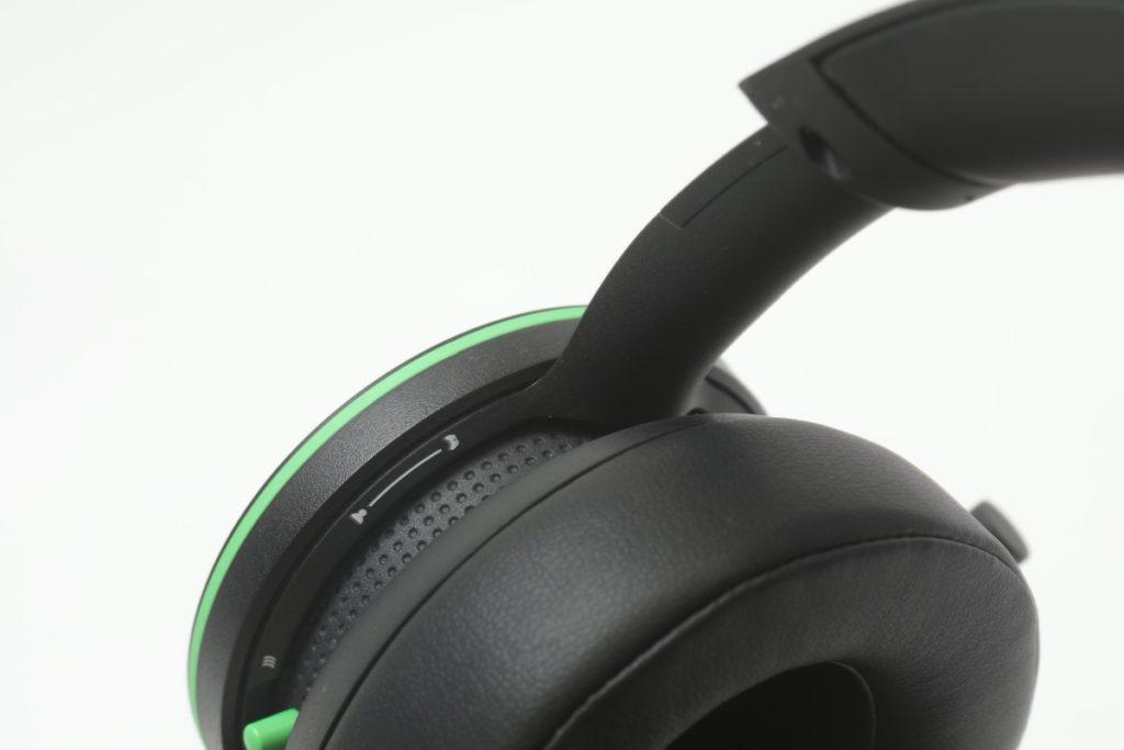 兩個耳罩都是可以作旋鈕使用,左邊是咪的大細聲,但實際效果是打機時遊戲跟對話聲的比例調節。