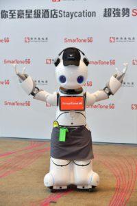 5G 機械人「 WW 」外形靈巧,運用 5G 低時延特點,配合人工智能及 Chatbot 技術,讓「 WW 」化身成服務大使,透過連接雲端即時為客人提供實用資訊。