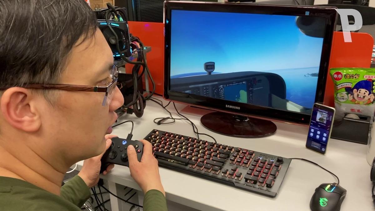 手機的《 SmoothTrack 》將頭部動態資料經內網傳到電腦,透過 PC 上的《 OpenTrack 》放大控制遊戲鏡頭旋轉移動,令玩家仿如置身駕駛席上。