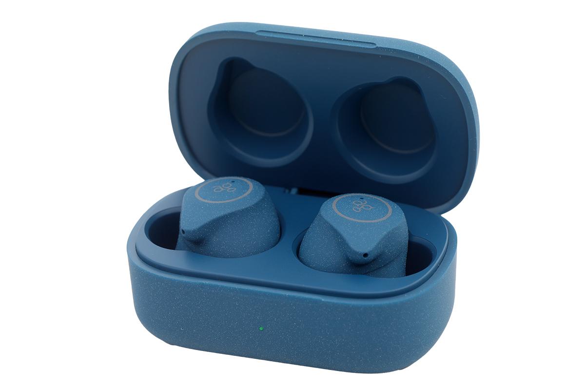 耳機及充電盒均以磨沙面設計,觸感特別又不跣手。