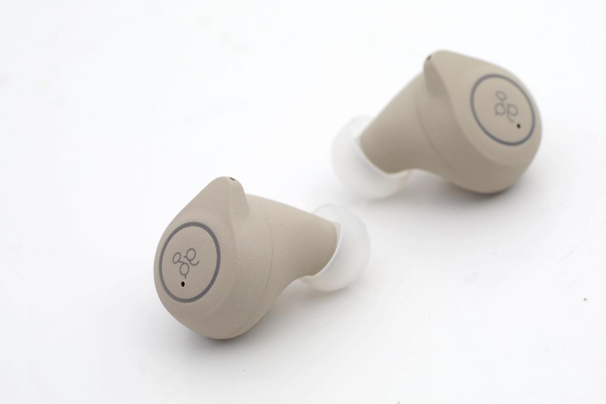 耳機外邊為觸控面板,可點按以操作耳機。