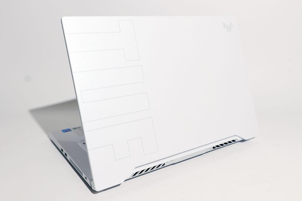 雪白色機背設計簡單直接,幼身線條及細小的Logo,別樹一格。