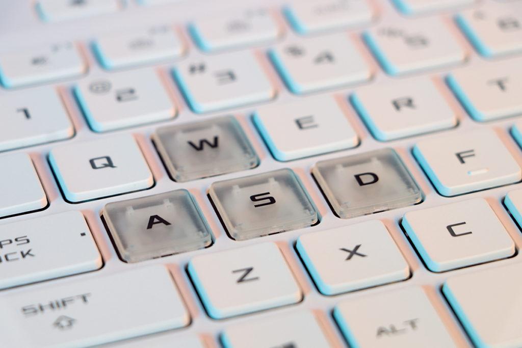 鍵盤上的WASD採用透明鍵帽,在RGB 背光時顯得特別型格。