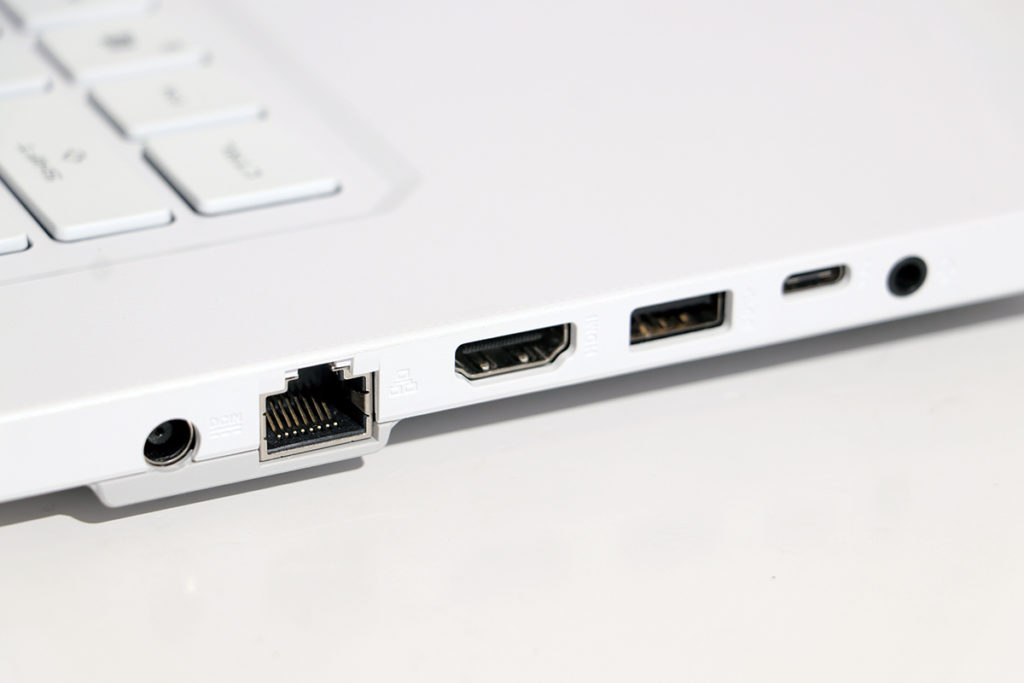 左側設有電源及3.5mm耳機插孔、 RJ45、HDMI、USB 3.2 Gen1 Type-A 和 Type-C USB。