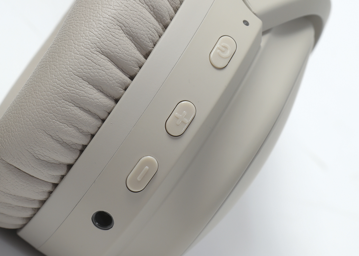 開關掣兼具藍牙配對、暫停播放及召喚語音助理等功能。