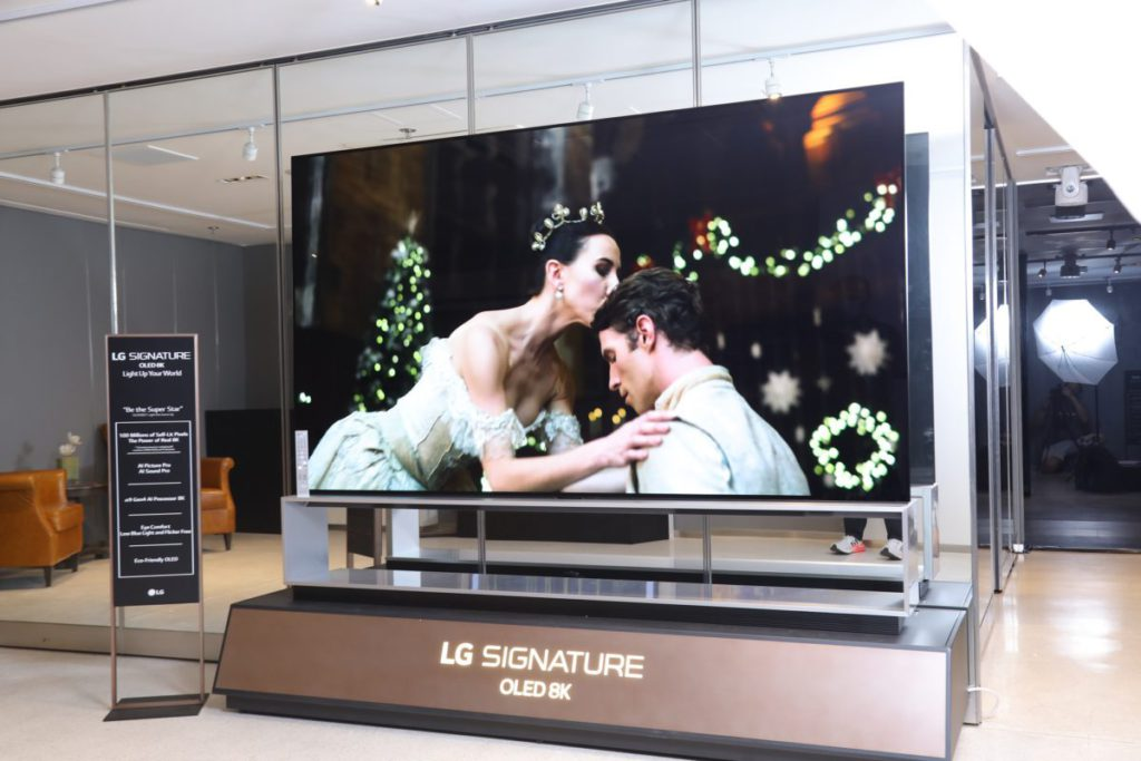 8K OLED電視Z1外型跟上代ZX相似,有座地機座,同樣只有88吋大型尺寸一個選擇,分別是改用Alpha 9處理器加強8K增線效果。