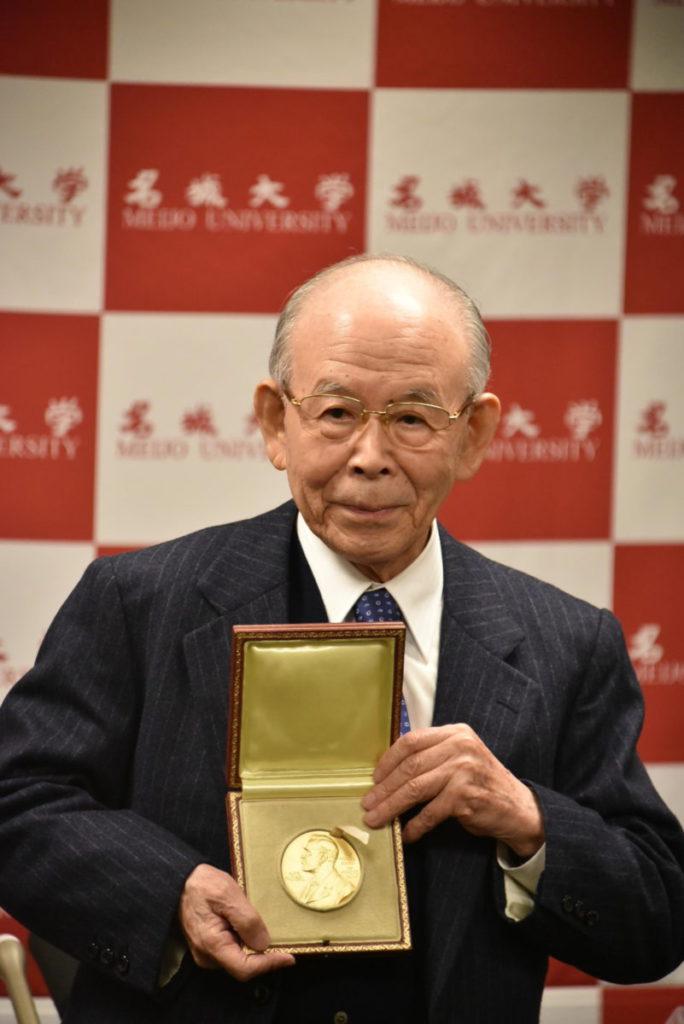 2014 年展示諾貝爾物理學獎獎牌的名城大学終身教授、特別榮譽教授赤崎勇。(來源:名城大學)