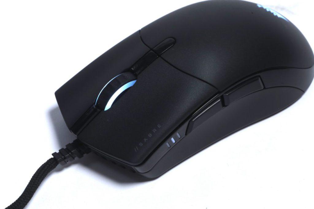 從前方觀看 SABRE RGB PRO ,以人體工學流線設計,以對稱設計為玩家帶來好控制的手感。