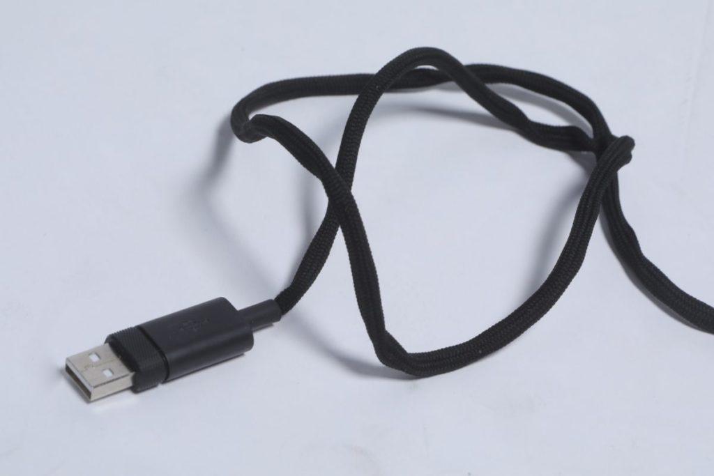 所使用的「 Paracord 」電線除了提高耐用性外,更可減少滑鼠的阻力。