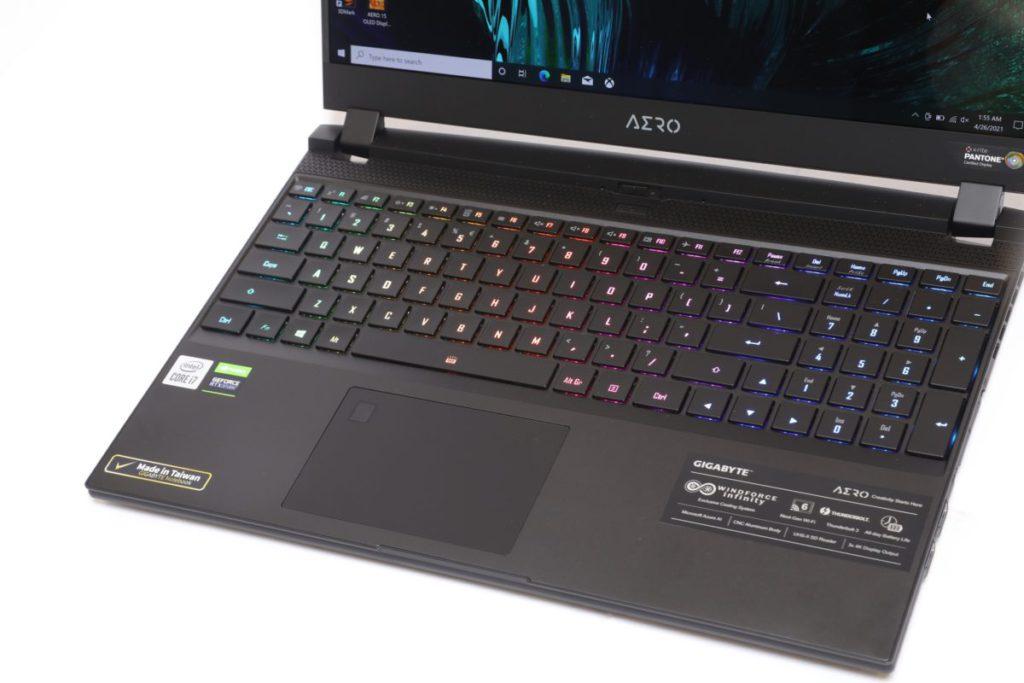 全尺寸鍵盤設計,並有發光功能。