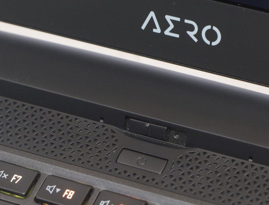 HD 鏡頭位於顯示屏與鍵盤之間,以實體開關鏡頭設計最大保障私隱。