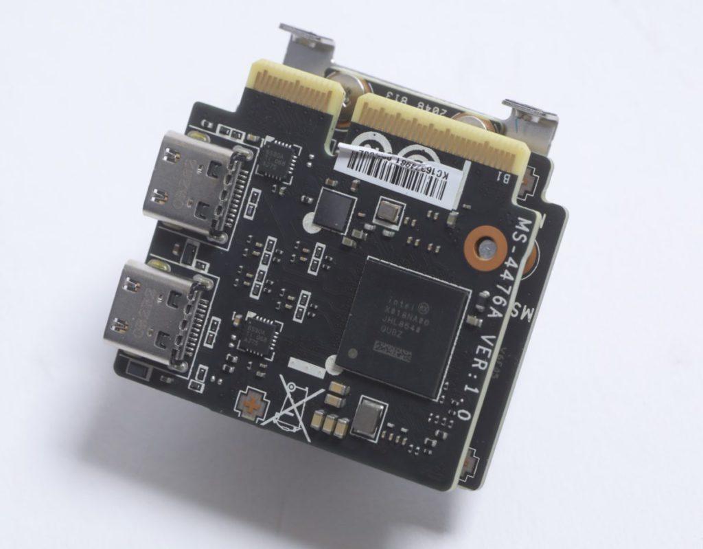 板上設有 Intel JHL8540 Thunderbolt 4 擴充卡,支援最多 2 組 Thunderbolt 4 USB Type-C 輸出,並提供 5V/3A 最高 15W 充電功能。