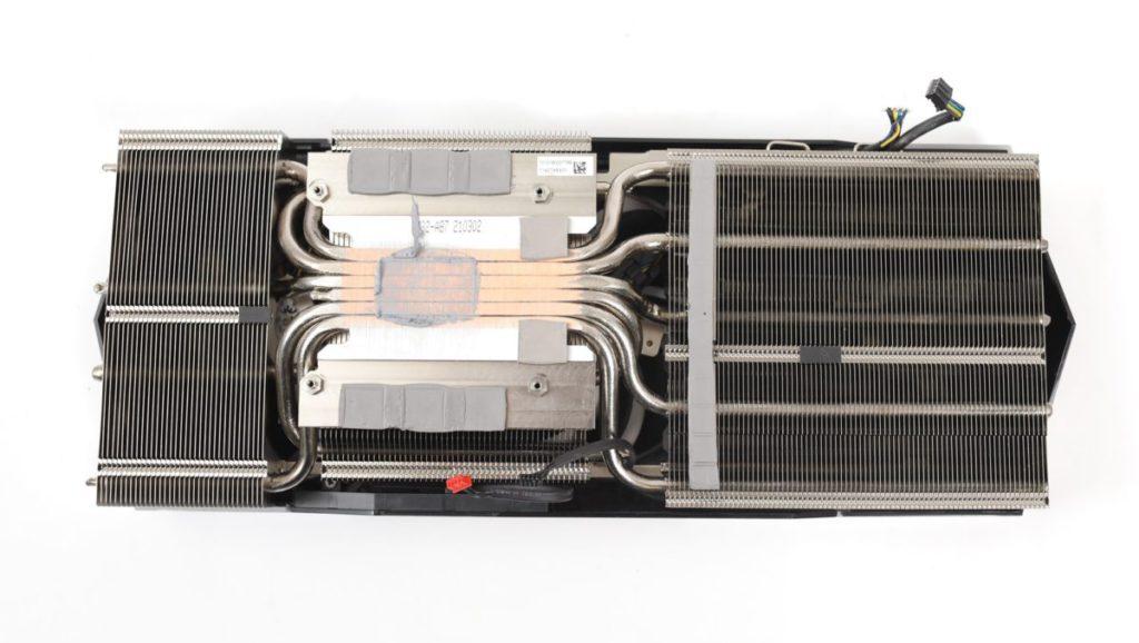 採用密密的 6 根方形導熱管 ( Core Pipes ) 設計,可有效增加 50% 與 GPU 接觸面積。