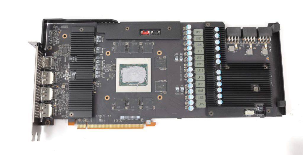 MSI 自家 PCB 設計,不但改用更強的 3x 8pin PCI-E 供電,更為 VRM 等元件貼有散熱片。