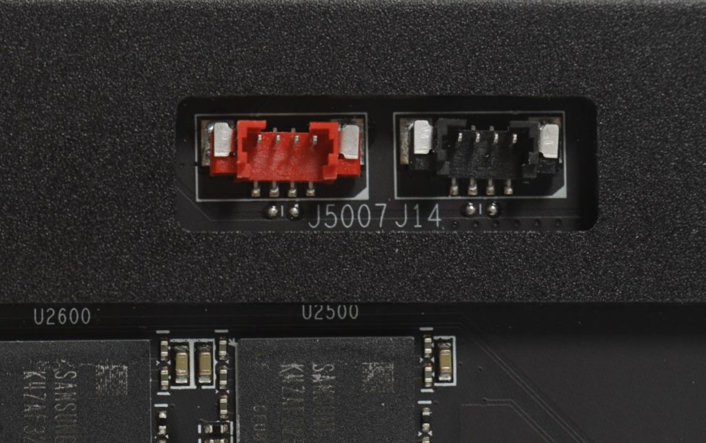 整卡設有多組風扇取電的位置,如上方的紅色及黑色共 2 組。