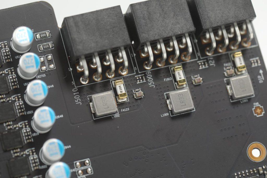 為了加強保護,於重要部位加入 Fuses 作保護之用。圖中可見每組 8pin PCI-E Power Connector 下設有獨立的 Fuses 。