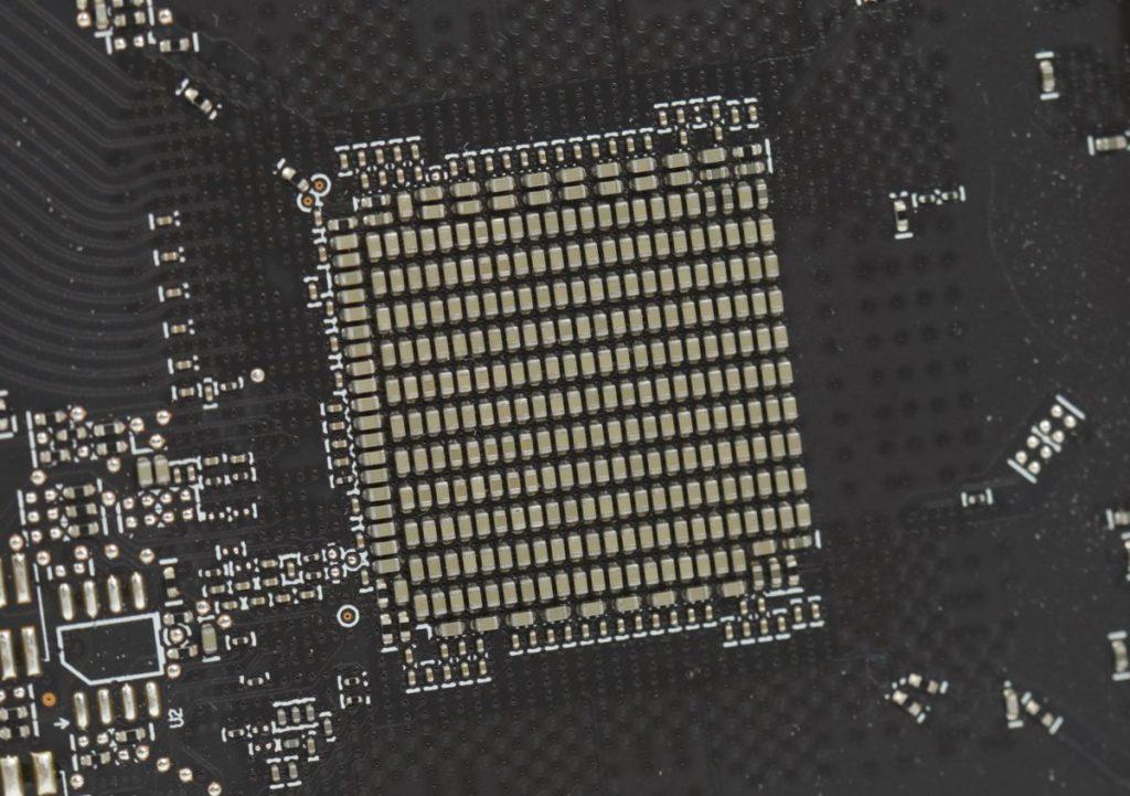 GPU 背部設有大量 MLCCs 電容