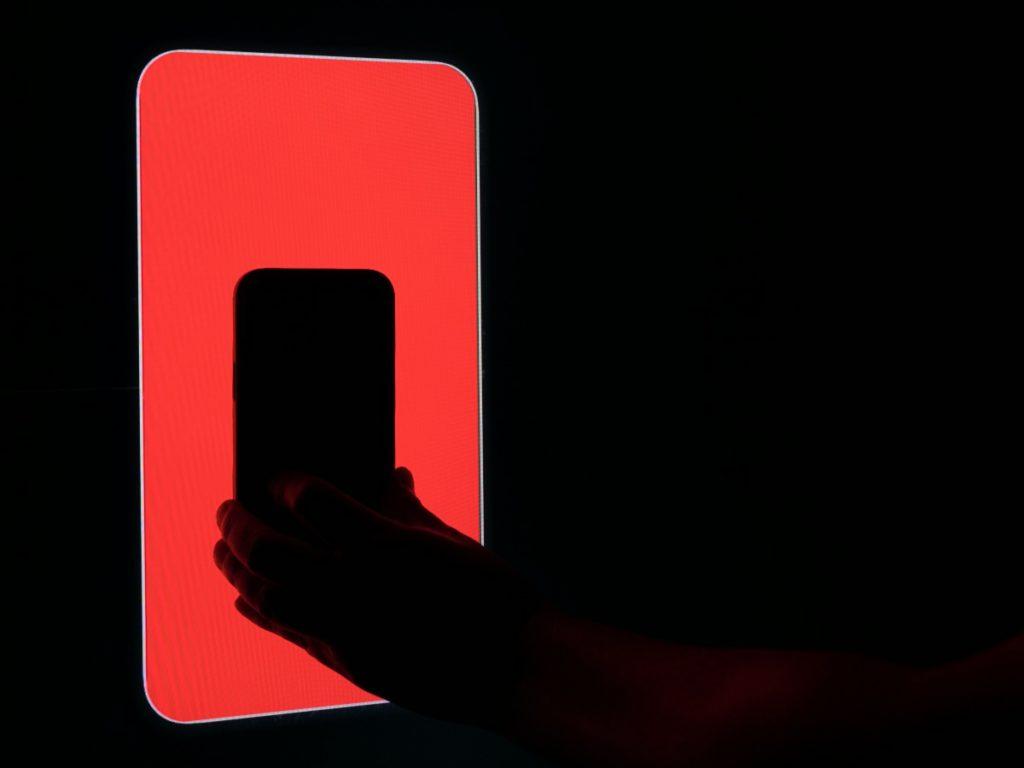 測試時電視會顯示紅、綠、藍色,再經 iPhone 的前置鏡頭拍攝測量。