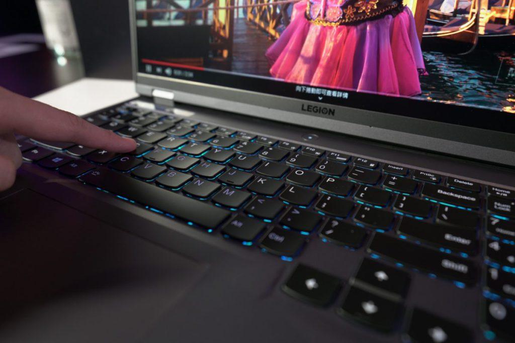 使用比 Thinkpad 更佳手感的 TrueStrike 鍵盤。