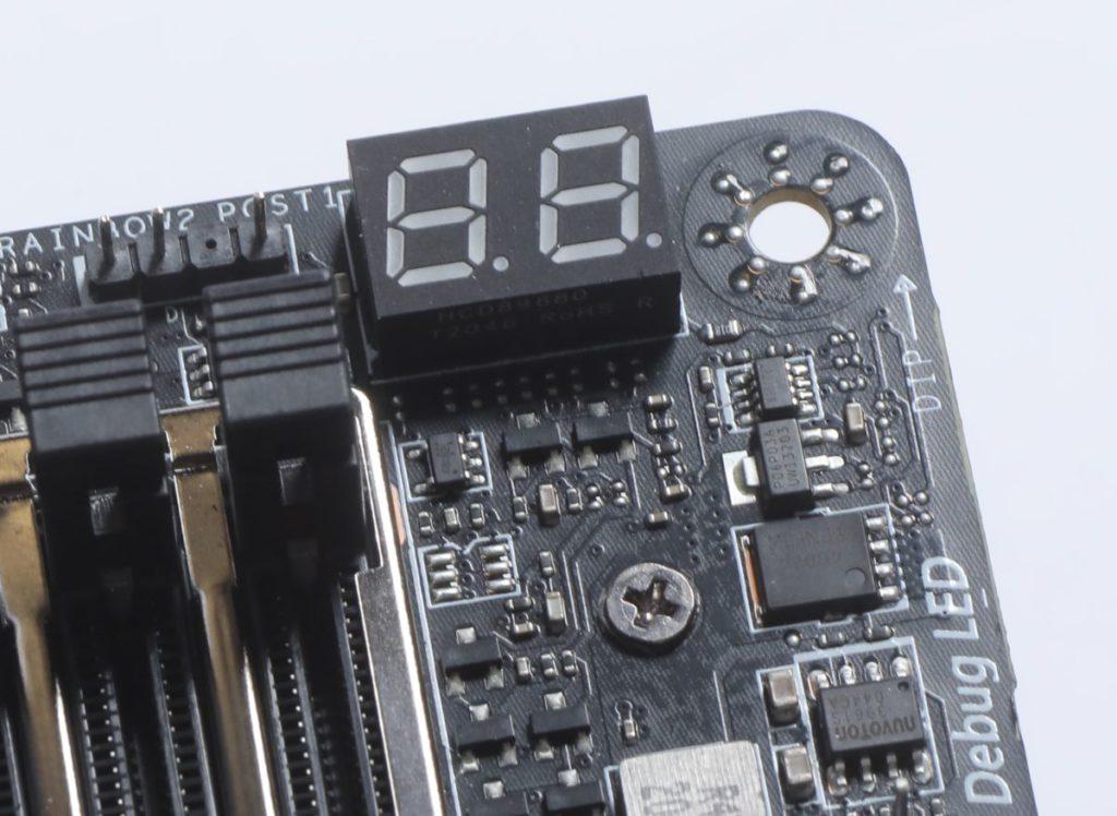 Debug LED 在開機後可轉為顯示 CPU 工作溫度等。