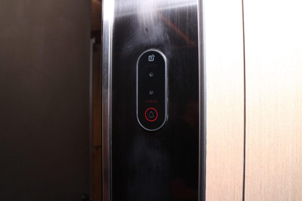 每房門前設有鏡頭,可用容貌識別開鎖。