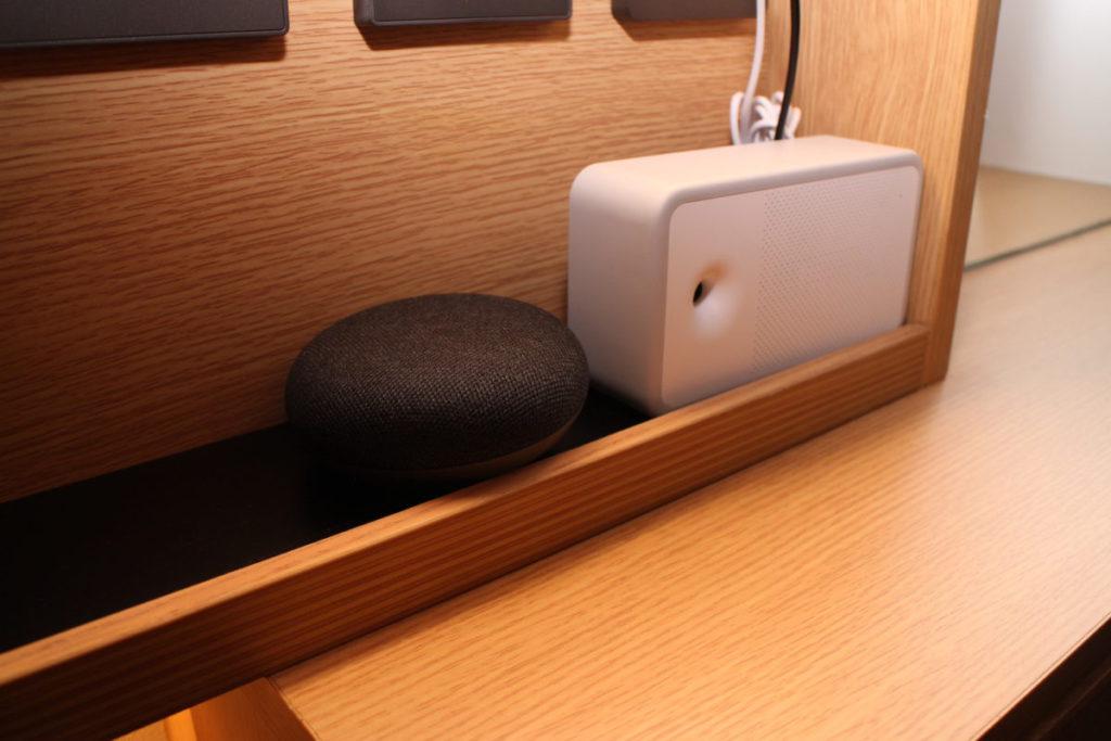 每房加裝 Google Home Mini 可用語音控制電器。
