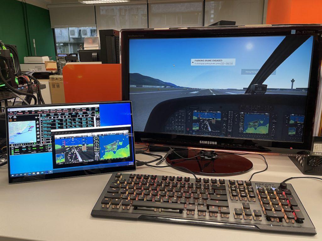 多配一個小屏幕,玩《 Flight Sim 》時可以將飛行計劃和飛機儀錶和 GPS 導航搬出來,方便得多(老實說,那小屏幕比主屏幕還要光亮鮮艷)。
