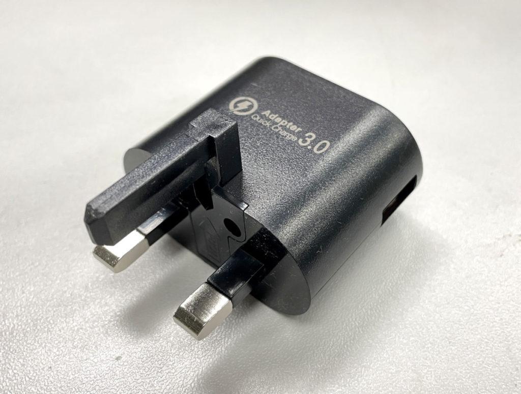 附送支援 QC 3.0 的 5V 3A 15W 變壓器,用來替手機充電都合用啦。