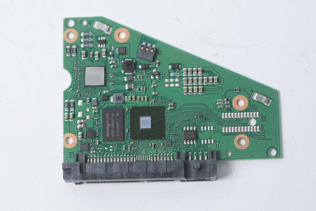 所用 PCB 有多顆電阻及電容等穩壓元件。