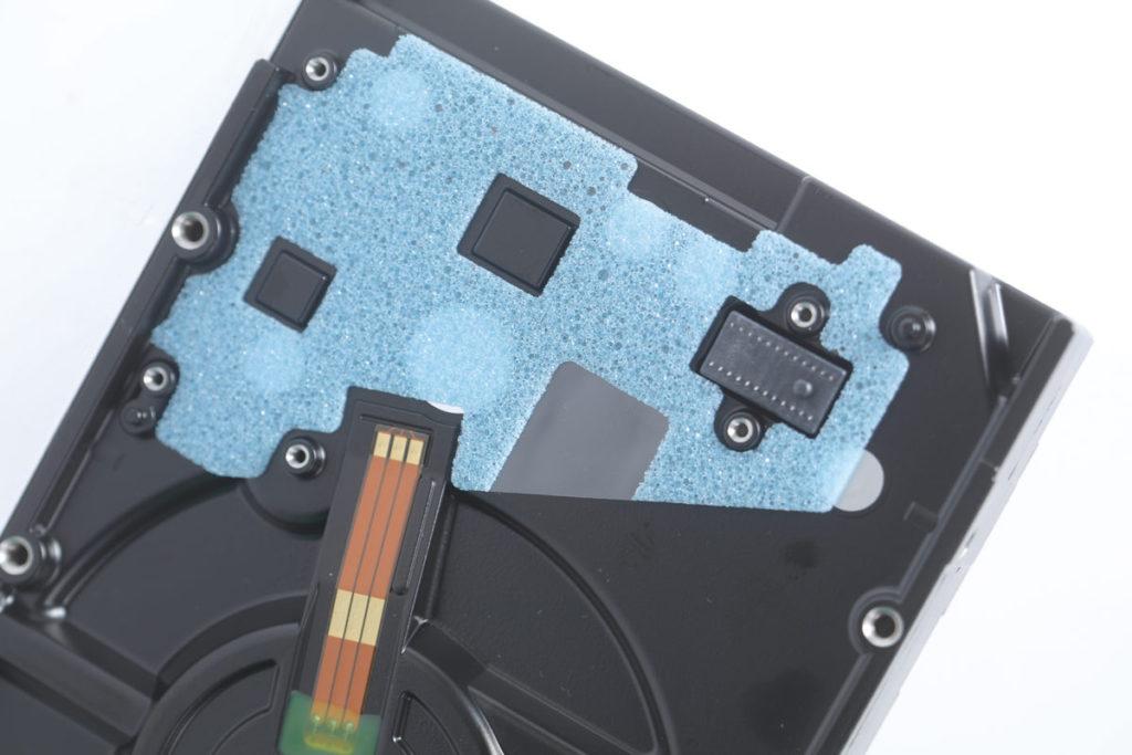 PCB與HDD之間有海綿作保護之用。