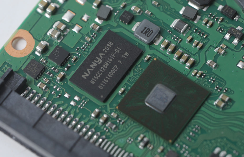設有 Nanya NT5CC128M16IPDIA 2Gb DDR3-1600 記憶體顆粒,相當於 256MB Buffer Cache 容量。