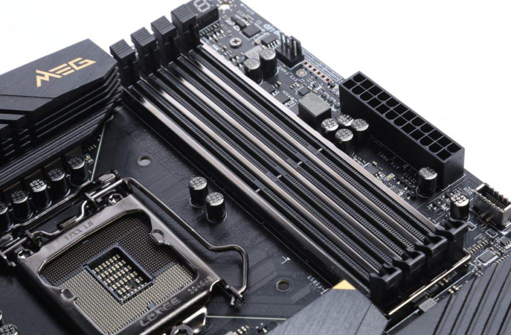 記憶體插槽設有 DDR4 Steel Armor 加固,可說是武裝到牙齒。