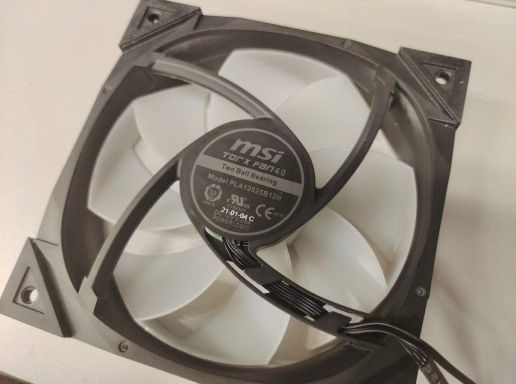 12cm TORX Fan 4 ARGB 風扇散熱,轉速在 0~2,500RPM 之間,可提供 77.4 CFM 風量,工作噪音為 39.9 dBA。