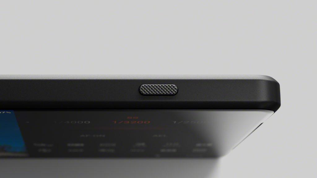 XPERIA 1 III 的實體拍攝鍵加入了紋理,令按感提升。