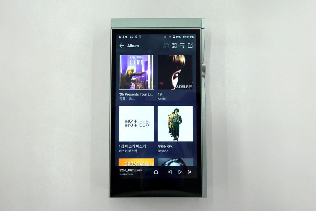SE180 首次用上 Full HD 屏幕,介面底部也加入操作 bar。