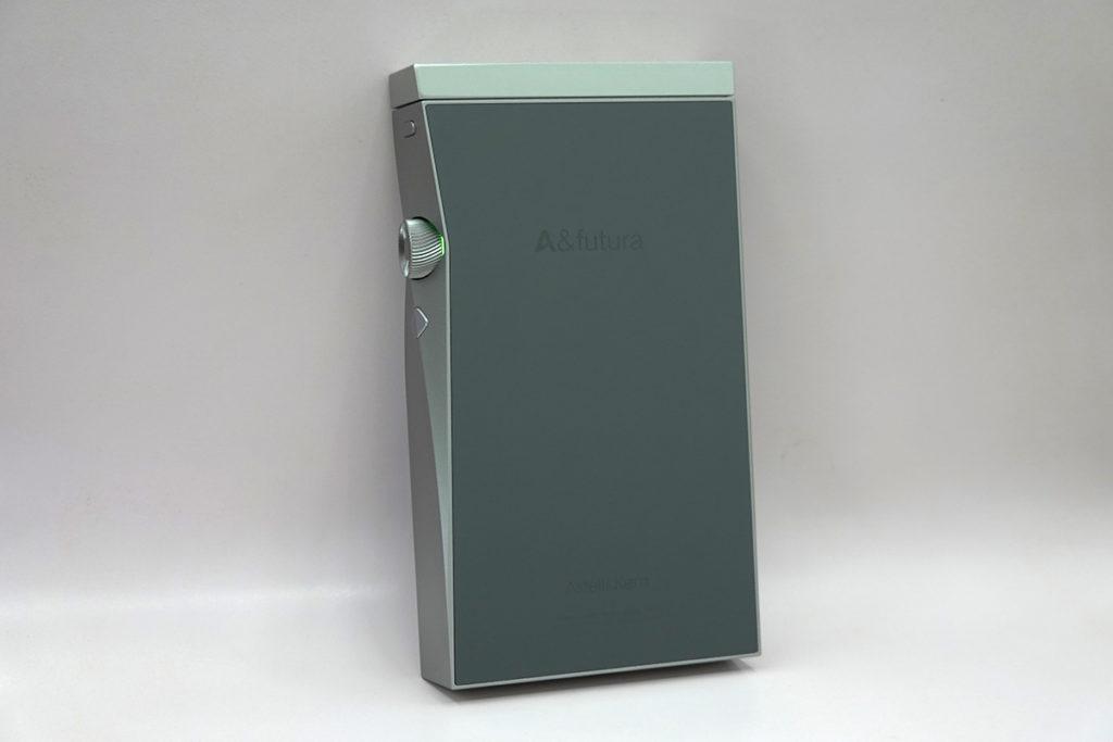 機背用上跟 SE200 相同的陶瓷背板,亮滑堅硬之餘,亦有效提高傳輸及網絡連接效果。