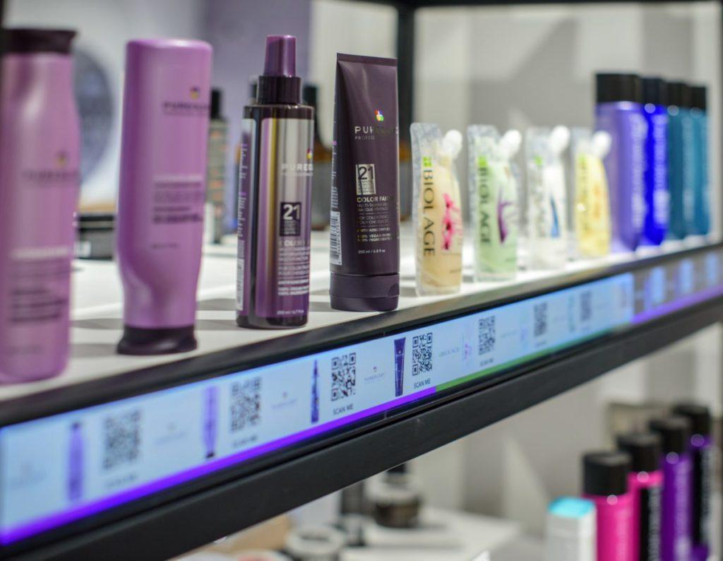內裡展示專業理髮和美容產品,二維條碼帶顧客至 Amazon Professional Beauty 網站選購。